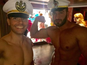 Strippers Kevin en Helios zijn klaar voor de videoshoot