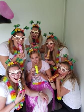 Team bride met de versierde piemels